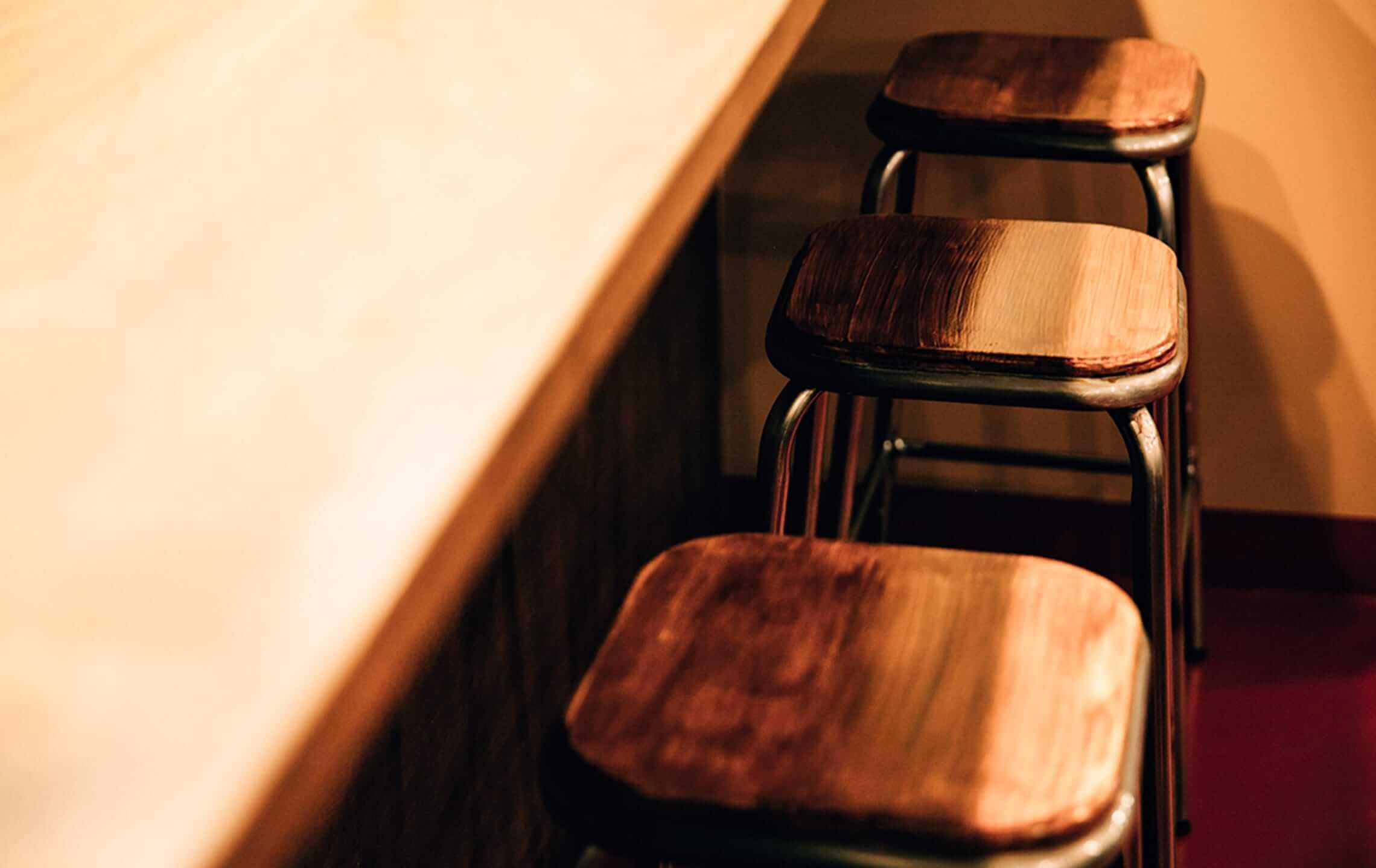 木目調の椅子画像