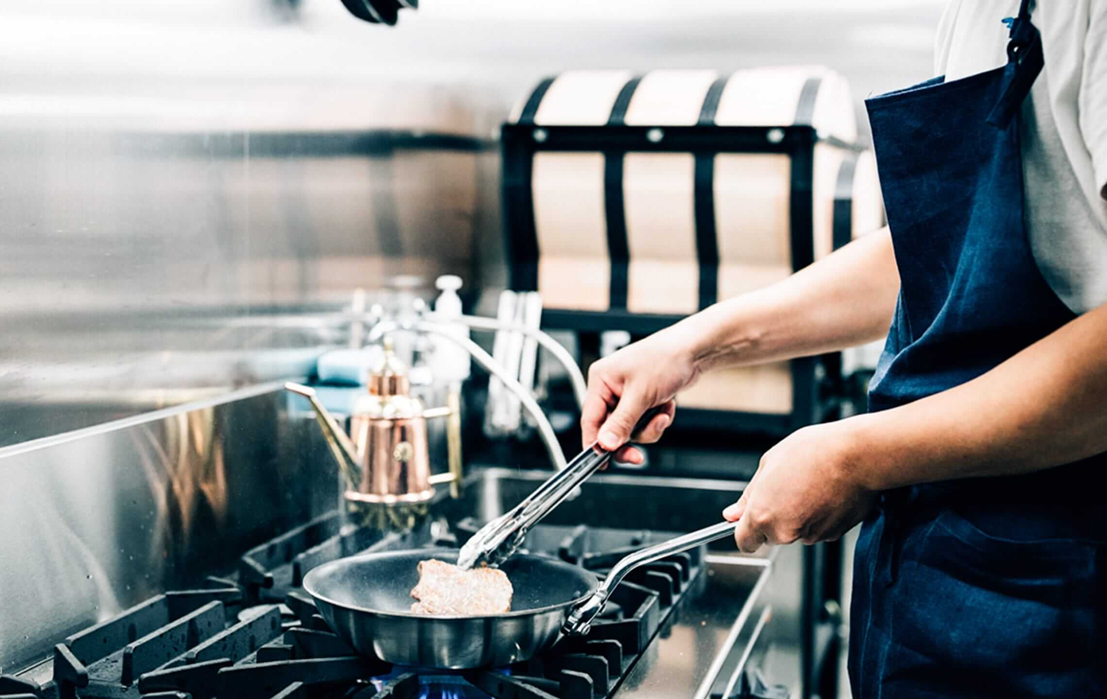 厨房でお肉を調理中の画像